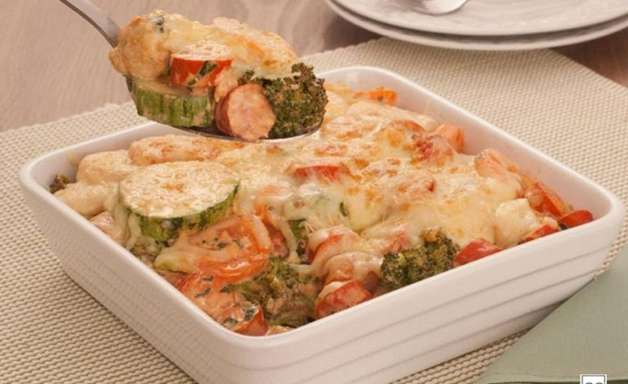 Gratinado rápido de salsicha e legumes