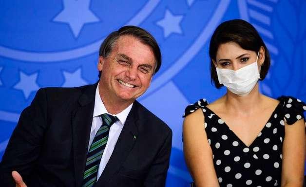 Bolsonaro concede medalhas a Michelle, ministros e aliados