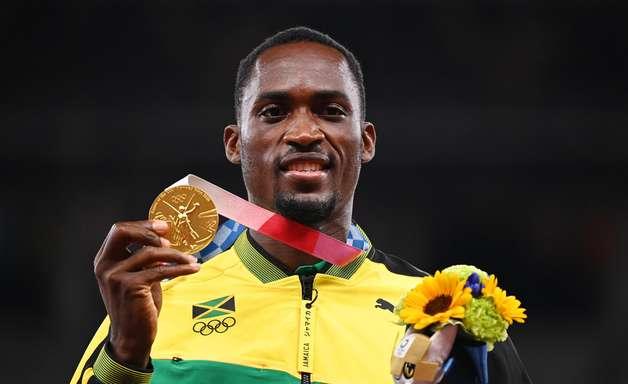 """Vencedor dos 110m em Tóquio agradece mulher que o """"salvou"""""""