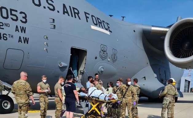 Afegã dá à luz uma menina dentro de avião militar dos EUA