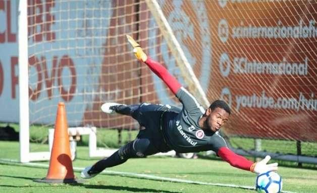 Corinthians contrata goleiro Carlos Miguel, gigante de 2,04m