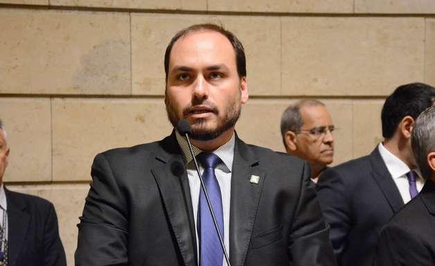 MP aponta relação de Fabrício Queiroz com Carlos Bolsonaro