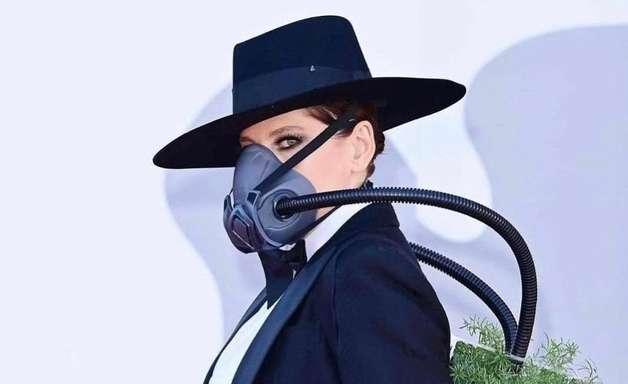 Pela Amazônia, Bárbara Paz usa máscara com planta em Veneza