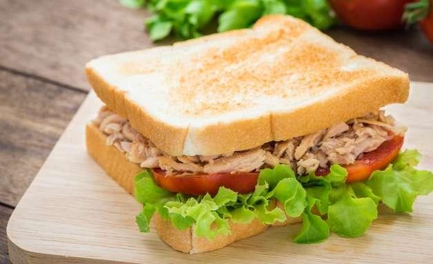 Sanduíche de atum delicioso para quem está com preguiça de cozinhar