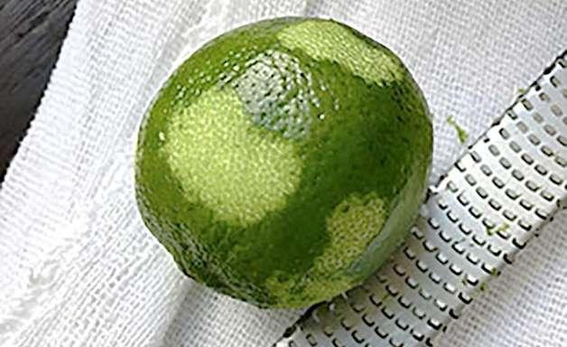 Como ralar a casca de um limão corretamente