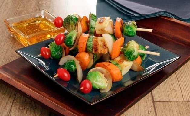 Espetinho vegetariano: experimente 3 opções para lá de especiais