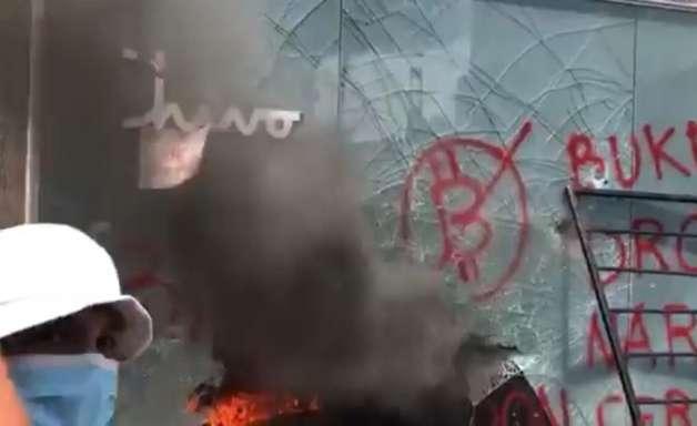 Caixa eletrônico de bitcoin é destruído em protesto em El Salvador