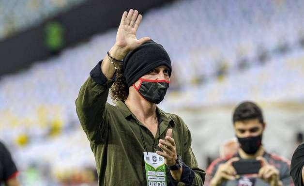 David Luiz tem 1º contato com a torcida do Flamengo