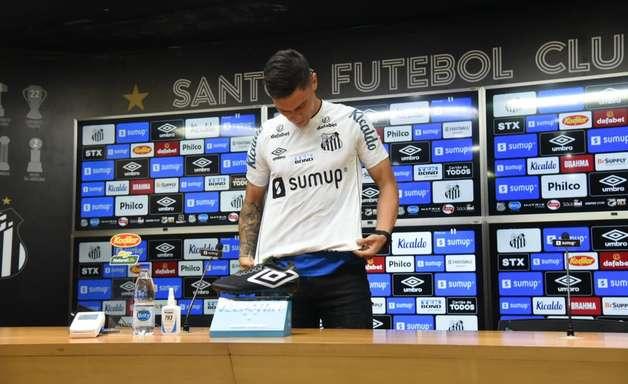 """Velázquez é apresentado pelo Santos e diz: """"Atitude 110%"""""""