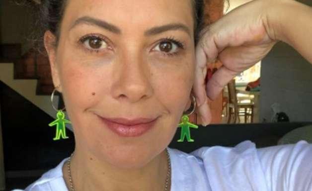 Grávida de gêmeos, Fabiula Nascimento exibe barrigão ao posar de biquíni