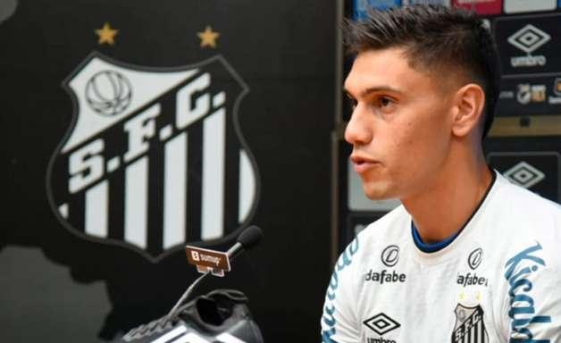 Emiliano Velázquez deixa boa impressão após estreia no Santos