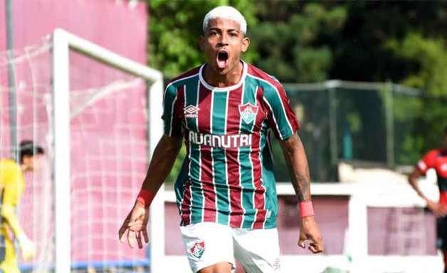 Com hat-trick de John Kennedy, Fluminense vence o Flamengo e abre vantagem na final do Carioca sub-20