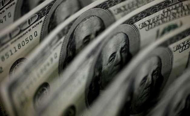 À espera de Copom, dólar fecha em alta com sinalização do Fed