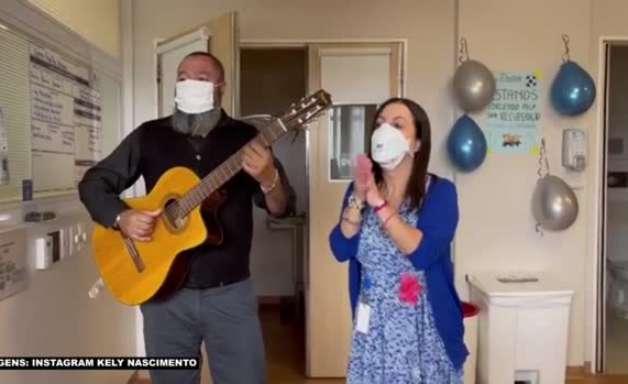 Pelé canta hino do Santos em quarto de hospital acompanhado de voz e violão