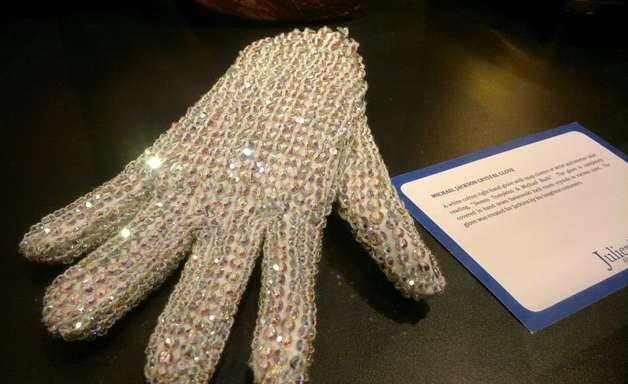 Luva de Michael Jackson será vendida para pagar vacinas na Guiné Equatorial