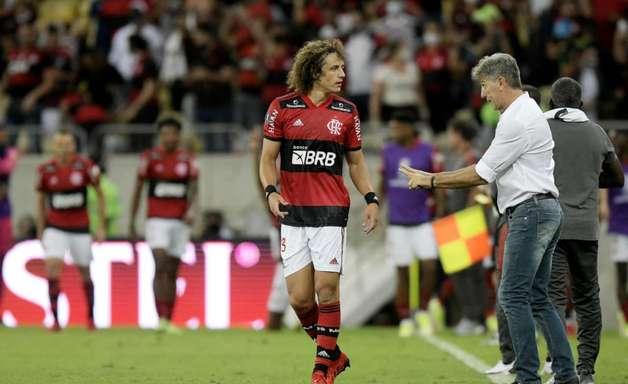 Sintonia entre campo e arquibancada: torcida do Flamengo vibra com David Luiz e 'abraça' Isla