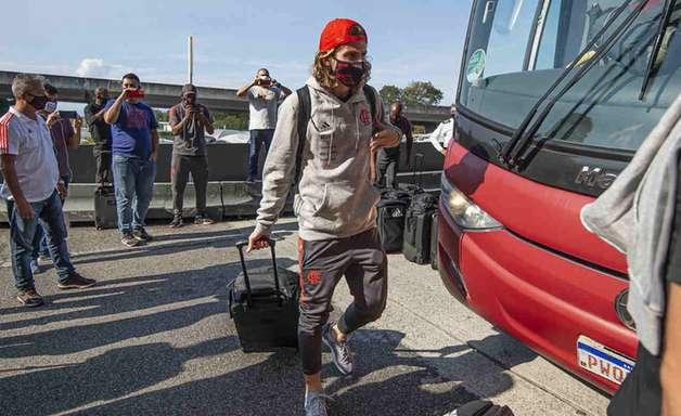 Com Filipe Luís e Arrascaeta, Flamengo embarca para o Equador