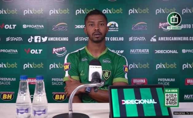 """AMÉRICA-MG: """"Beber bastante água pois sabemos que quem joga lá sofre um pouquinho"""", diz Paulo Silva sobre encarar o Cuiabá em Mato Grosso"""