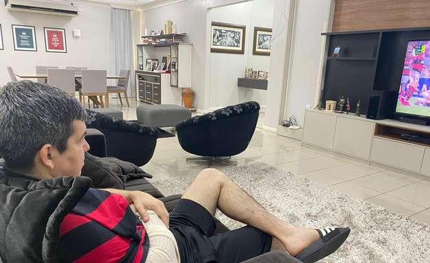 Randolfe Rodrigues desloca ombro durante jogo de futebol
