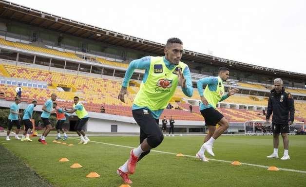 Sob o olhar de Neymar Pai, Tite confirma Raphinha como titular contra o Uruguai