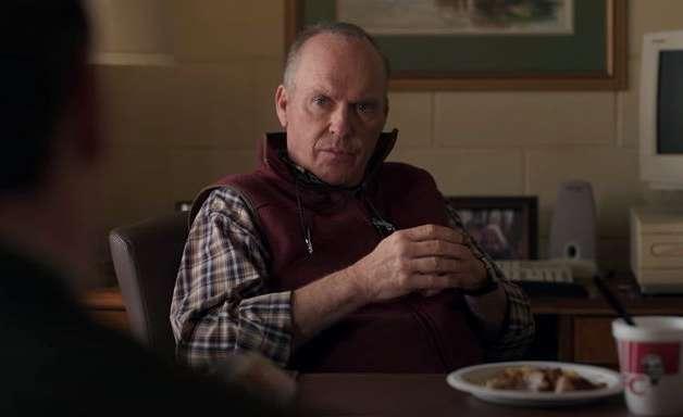 Michael Keaton divide experiência em nova série da Hulu