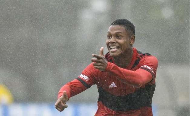 Prestes a renovar com o Flamengo, joia de 17 anos é destaque em jornal de Madri: 'Imparável'