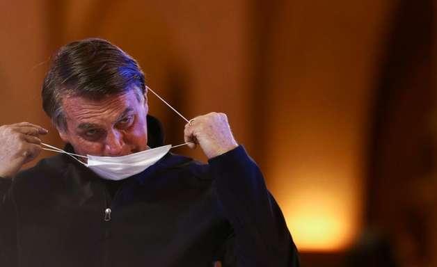 Bolsonaro torce para Congresso derrubar veto a absorventes