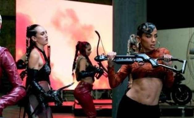 """Anitta e Saweetie: coreografia e visual marcam """"Faking Love""""; assista"""