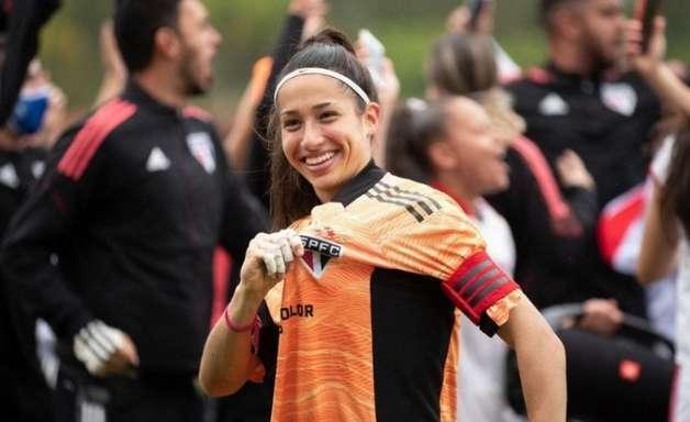 Marcelle, goleira do time sub-18 do São Paulo, comemora título do Campeonato Brasileiro Feminino