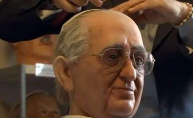 Detalhes de expressão em estátua do Papa impressionam moradores