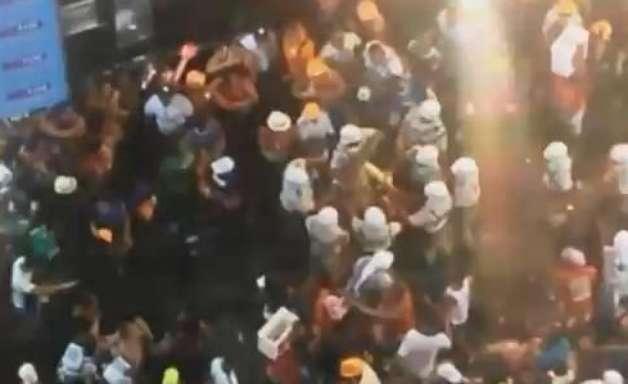 Rapazes brigam e são levados por PMs no bloco do Harmonia