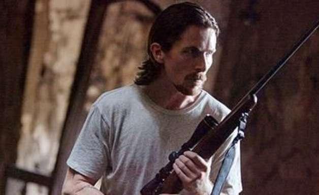 Christian Bale pega em armas pela família em Tudo por Justiça