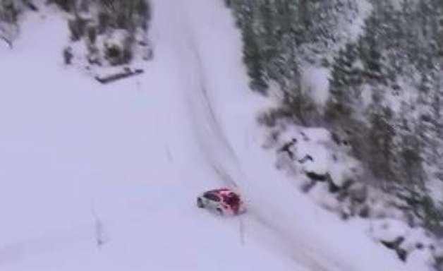 Sumiu! Piloto erra curva, cai na neve e sofre para achar pista