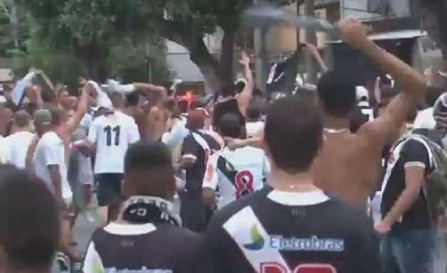 Torcedores trocam provocações antes da bola rolar no Rio