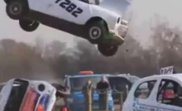 """Impressionante! Carro """"voa"""" após batida e piloto sai ileso"""