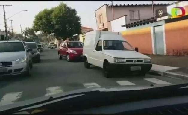 SP: carros na contramão bloqueiam acesso de outros veículos