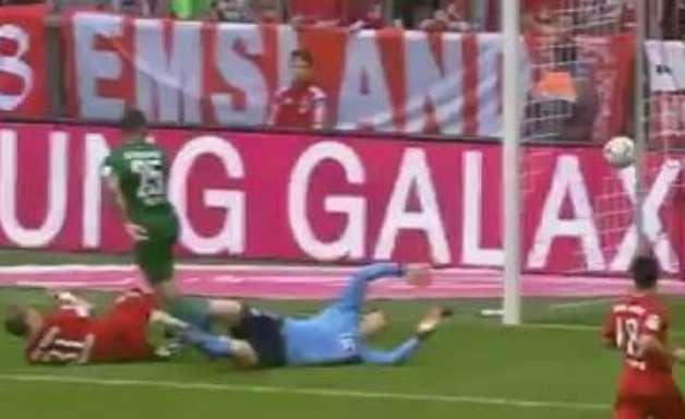 """Golaço! Neuer sofre """"gol de letra"""" em derrota do Bayern"""