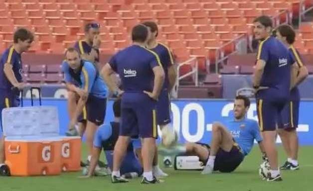 Arda Turan e Busquets tiram onda em treino do Barcelona