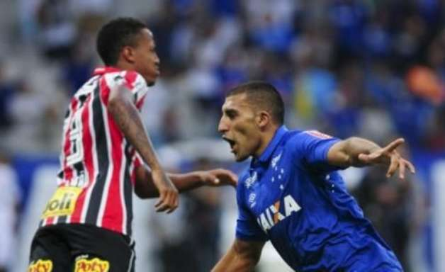 Cruzeiro vence e deixa pressão para o São Paulo