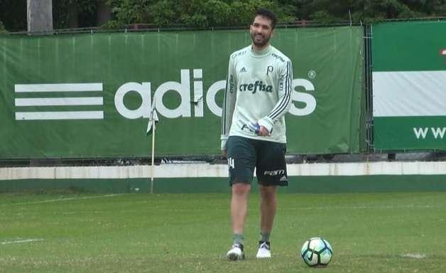 Em recuperação, zagueiro do Palmeiras faz trabalho com bola