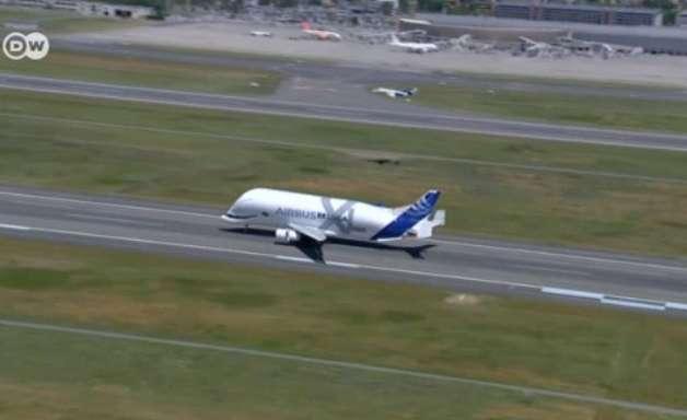 Maior avião de carga do mundo faz voo de teste