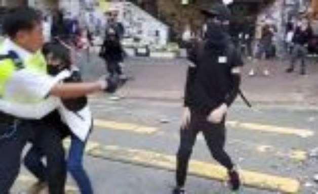 Manifestante é baleado por policial na 23a semana de protestos em Hong Kong