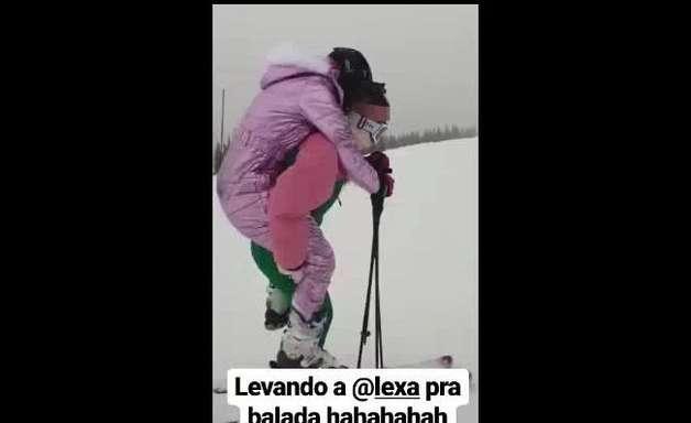 Ajudinha! Anitta carrega Lexa nas costas ao esquiar: 'Boa parte da montanha'