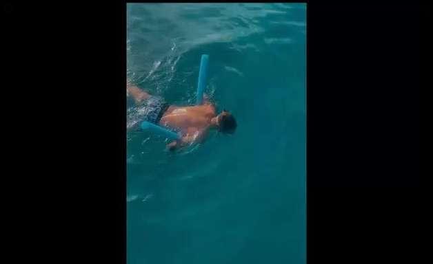 Em Noronha, namorada filma Kevinho com medo de nadar com os peixes: 'É o auge'