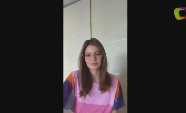 Camila Queiroz usa colares de R$ 5 mil para limpar a casa
