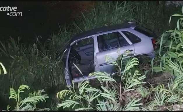 Carro cai dentro de riacho no Santa Cruz em Cascavel