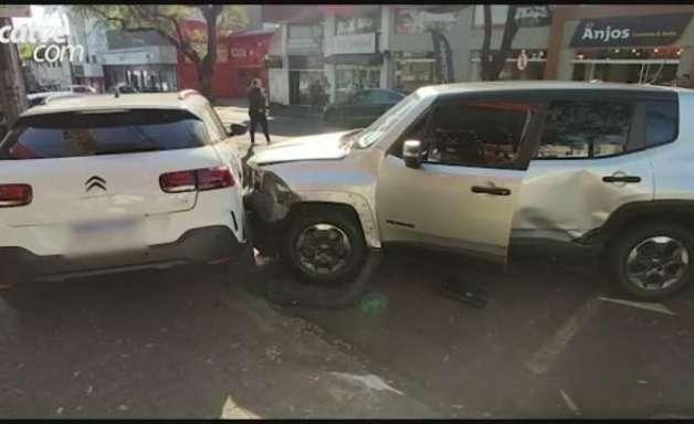 Motorista fica ferida em acidente entre quatro carros no Centro