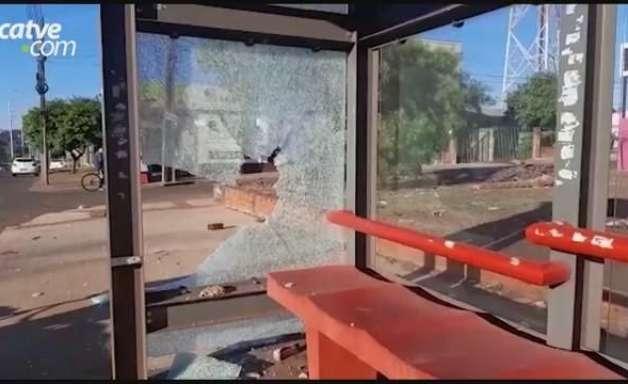 Vidros de pontos de ônibus são destruídos por vândalos em Cascavel