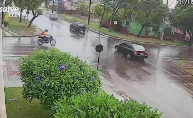 Câmera de segurança mostra batida entre moto e carro no Coqueiral