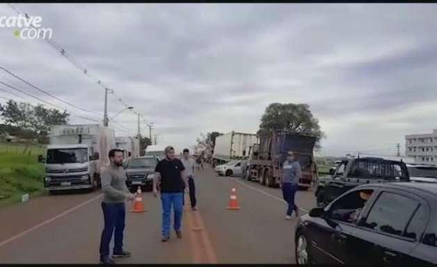 Caminhoneiros realizam manifestação na PR 486 em Cascavel